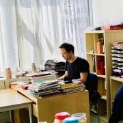 Lehrer am Tisch